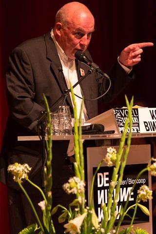 Foto 2. Gerard Stout spreekt bevlogen na het winnen van de Grote Culturele Prijs van Drenthe 2014_bew