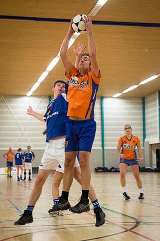 Jasper Ruitenbeek pakt de rebound