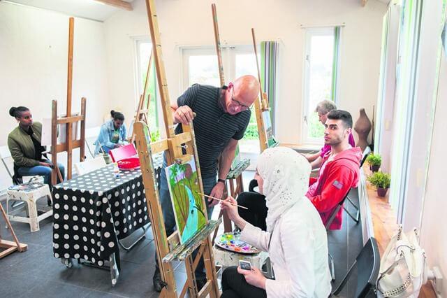 Roderwolde Fokko Rijkens schilderen met vluchtelingen